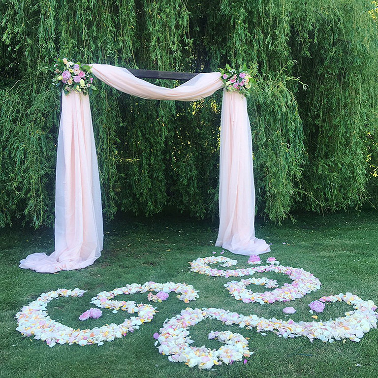 Alter design and decorative swirls of pastel flowers for a pastel themed wedding design.